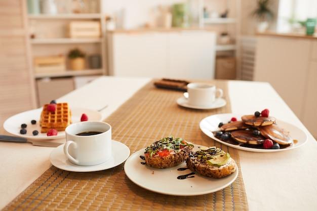 Table à manger avec un délicieux dessert dans un intérieur de cuisine minimal, copie spaxce