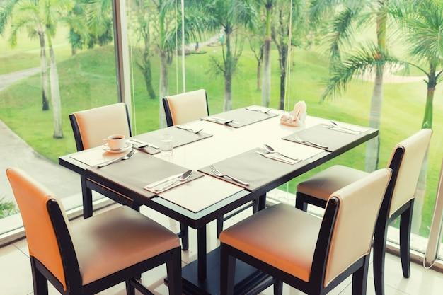 Table à manger avec jardin extérieur