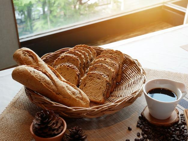 Table à manger avec petit déjeuner