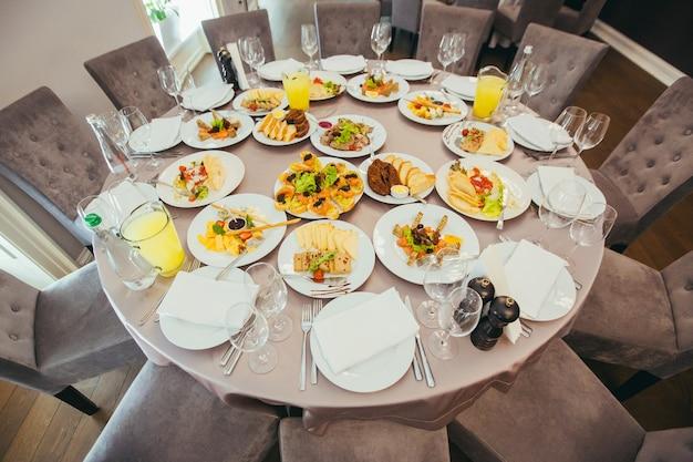 Table à manger réservée de fête dans le restaurant