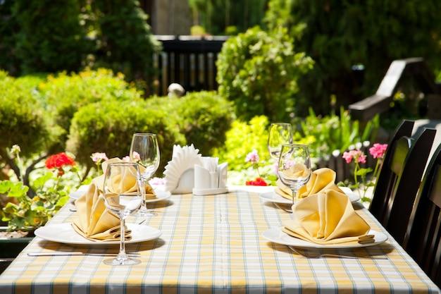 Table à manger de restaurant en plein air
