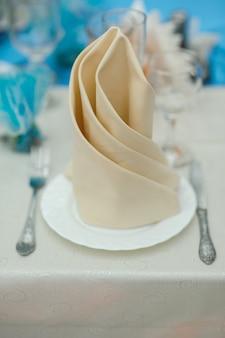 Table à manger avec vaisselle et couverts vintage lavande