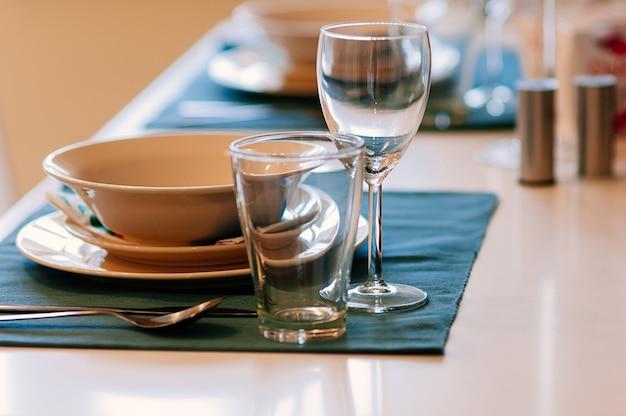 Table à manger avec verres, nappe bleue