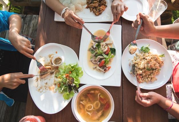 Table à manger vue de dessus avec salle à manger familiale