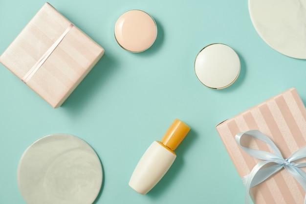 Table de maquillage avec fond de teint, fard à joues, pinceaux, rouge à lèvres et boîte-cadeau à l'intérieur