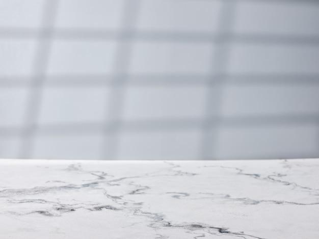 Table en marbre sur fond de mur gris