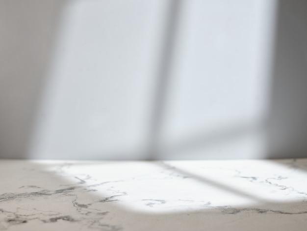 Table en marbre avec lumière de la fenêtre