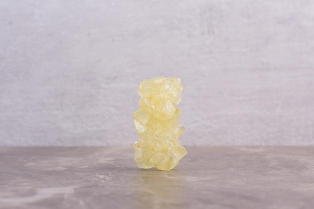 Table en marbre de sucre candyon jaune.