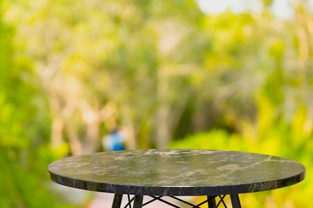 Table En Marbre Vide Pour L'affichage Des Produits En Face De L'arrière-plan Flou Abstrait Photo Premium