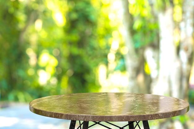 Table en marbre vide pour l'affichage des produits en face du restaurant