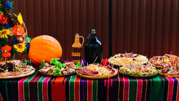 Table de mariage avec apéritif de collations alimentaires et boisson sur la table grande citrouille