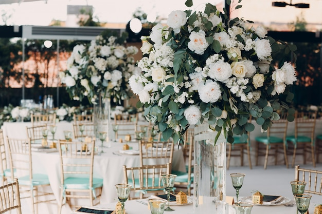 Table de mariage décor fleurs blanches