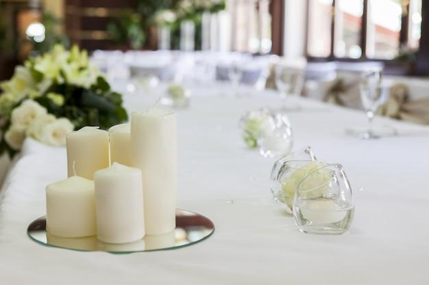 Table de mariage avec fleurs et bougie