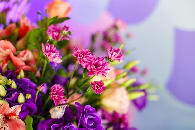 Table de mariage de luxe avec des fleurs et des arbres.