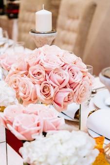 Table de mariage luxueusement décorée