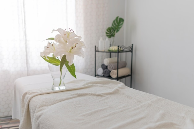 Table de massage avec des draps blancs