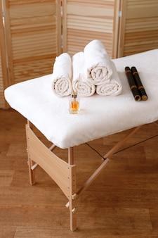 Table de massage avec vernis, bâtons de massage, bâtons d'arôme