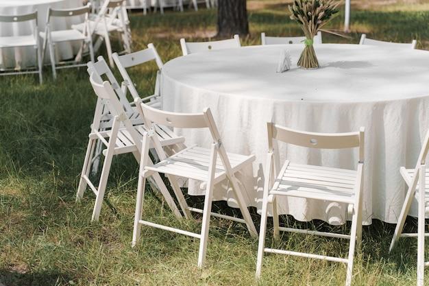 Table mise en place pour la cérémonie de mariage dans la forêt verte