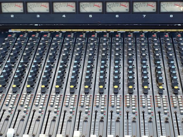 Table de mixage analogique