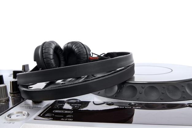 Table de mixage dj avec un casque isolé sur blanc