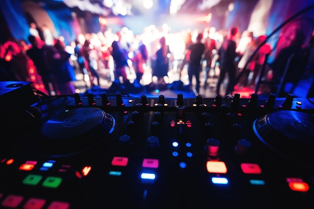Table de mixage et dj dans la discothèque à la fête