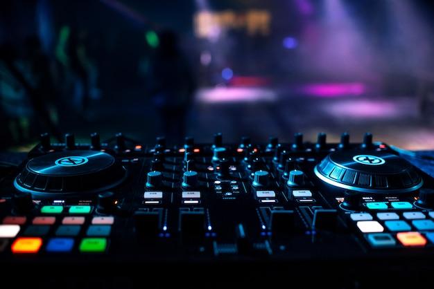 Table de mixage professionnel dj de musique dans une discothèque
