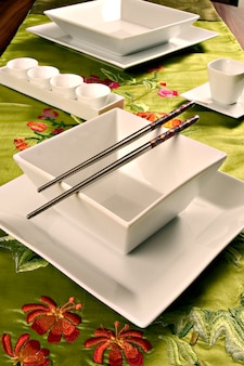 Table avec nappe et vaisselle style oriental.