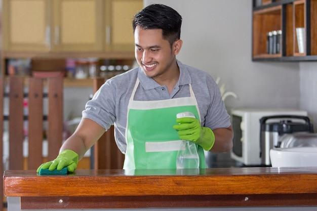 Table de nettoyage homme