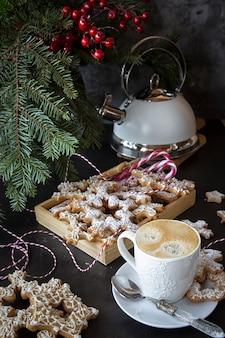 Table de noël avec café et biscuits.