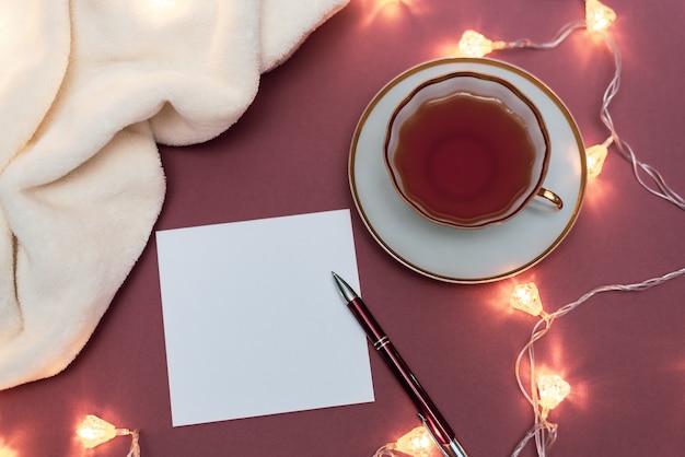 Table de noël avec carnet, feuille de papier vierge et coffret cadeau.