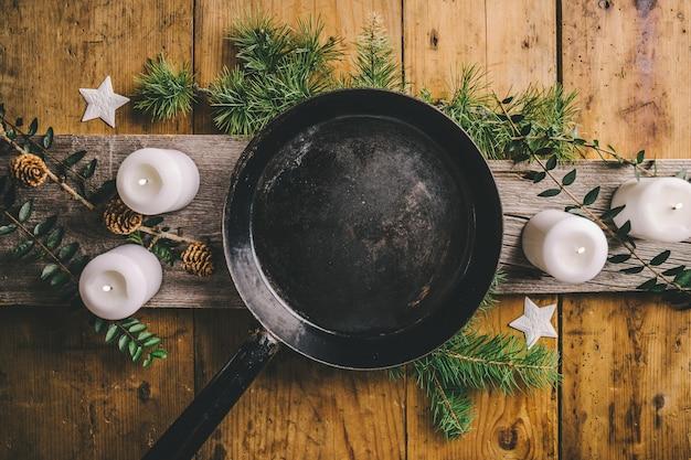 Table de noël avec casserole vide prête à être servie