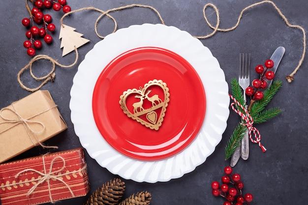 Table de noël avec coffrets cadeaux plaque rouge