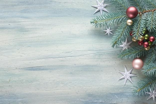 Table de noël: coin décoré de brindilles de sapin, de baies et de boules de noël