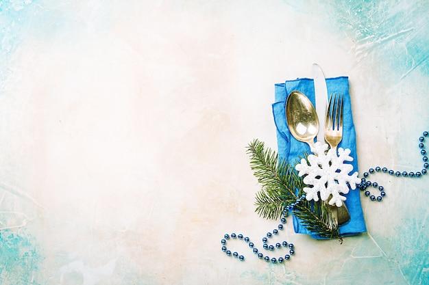 Table de noël avec décorations festives vue de dessus de fond de vacances avec espace copie