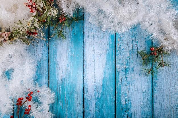 Table de noël et du nouvel an avec guirlande blanche