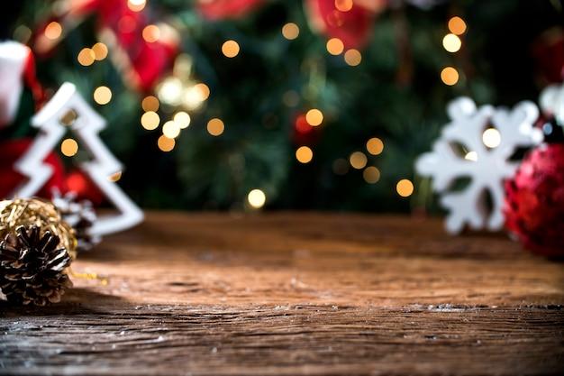 Table de noël fond de lumières floues, bureau en bois au point, planche de bois de noël, salle de flou