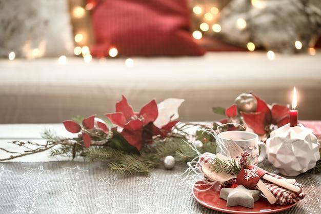 Table de noël joliment décorée dans le salon