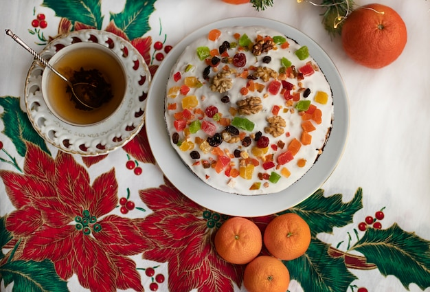 Table de noël joliment servie avec des pâtisseries traditionnelles et des mandarines
