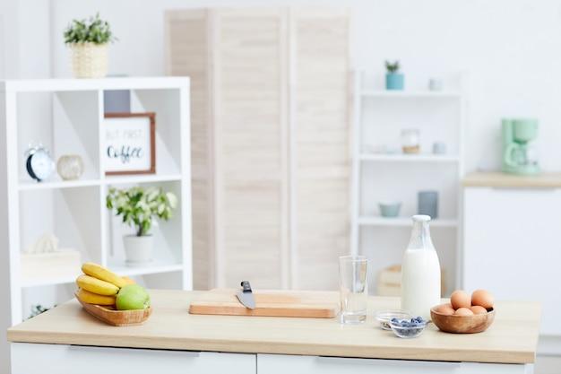 Table avec de la nourriture dessus dans la cuisine domestique à la maison