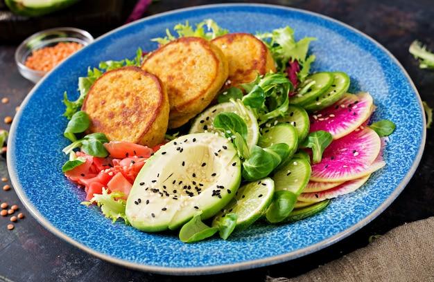 Table de nourriture de dîner de bol de bouddha végétalien. nourriture saine. bol déjeuner végétalien sain. beignet aux lentilles et radis, salade d'avocat