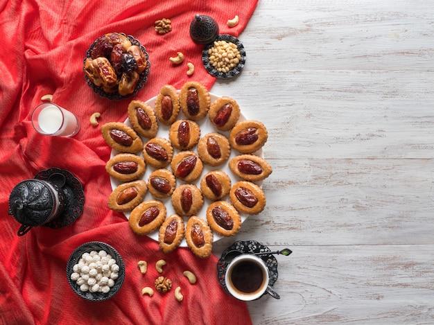 Table de nourriture du ramadan. bonbons dates eid sur une table en bois blanc