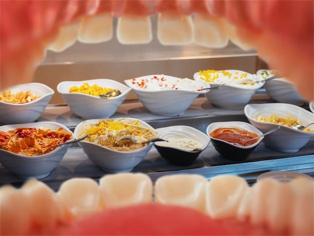 Table avec de la nourriture - vue de la bouche