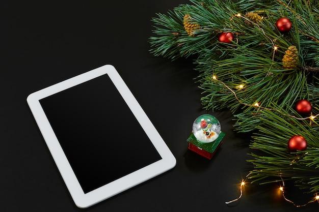 Table avec ordinateur tablette jouets de noël étoiles et branches de sapin moelleux espace libre pour la vue de dessus de texte