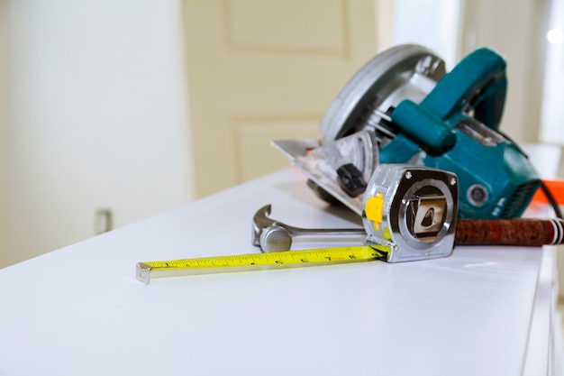 La table avec les outils d'un charpentier. sur la table, la raboteuse, les ciseaux, le ruban à mesurer