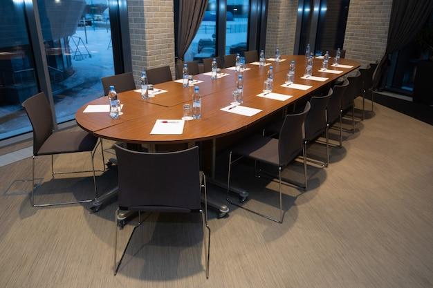 Table ovale avec bouteilles d'eau