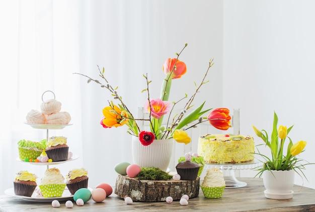 Table de pâques avec tulipes et décorations