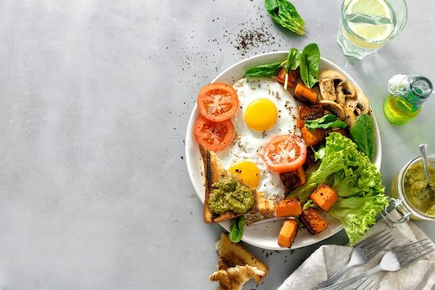 Table de petit déjeuner assiette de petit déjeuner oeufs au plat légumes champignons toast vue de dessus table saine surface