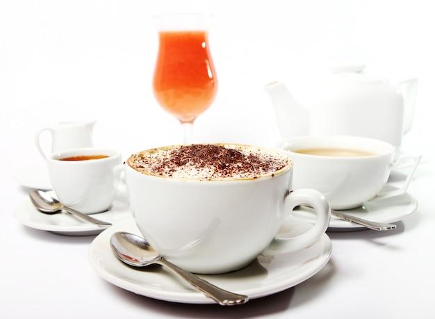 Table de petit déjeuner avec des boissons