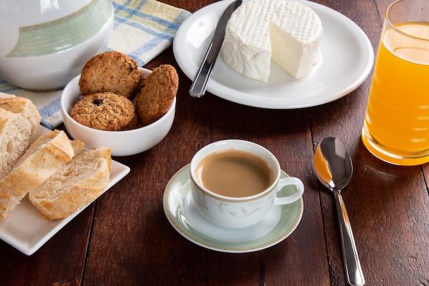 Table de petit déjeuner avec du pain italien et du fromage