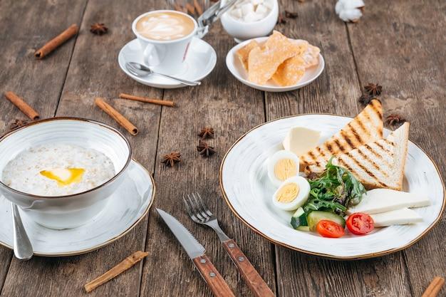 Table avec petit-déjeuner d'œufs au plat et de porridge